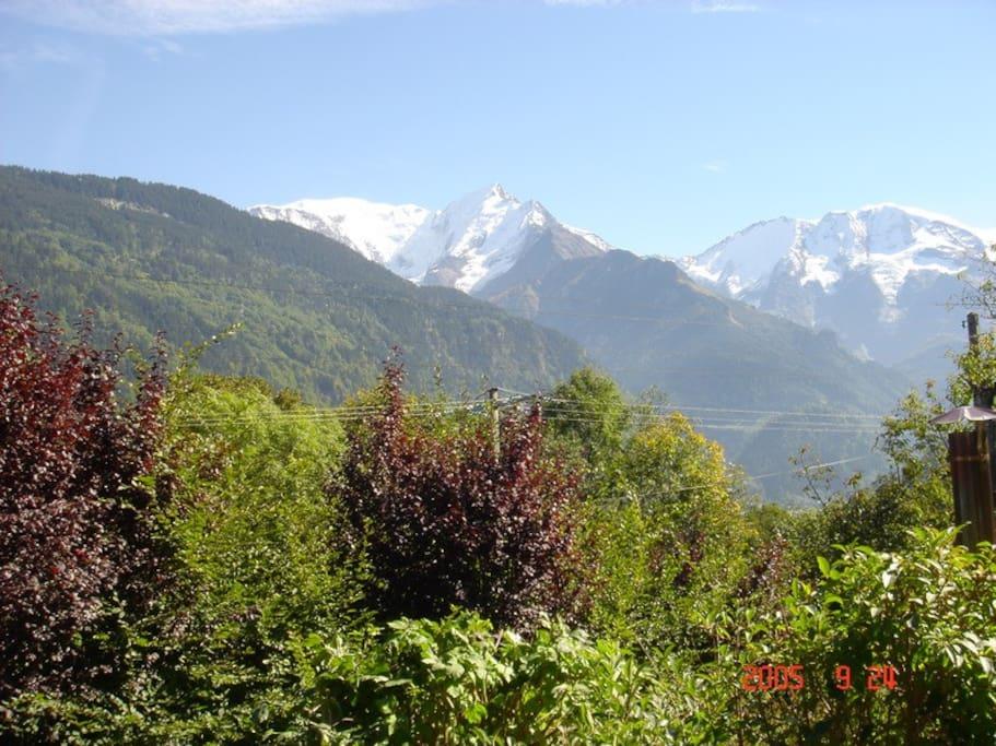 Vue du chalet : les dômes de miages, l'aiguille de Bionassay et dans le fond le Mont-Blanc