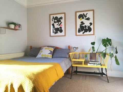 Bright + Airy Double Room in Cosy,  Creative Home