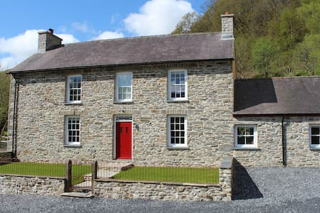 Stunning luxury farmhouse Nr the Brecon Beacons - Rhandirmwyn - House