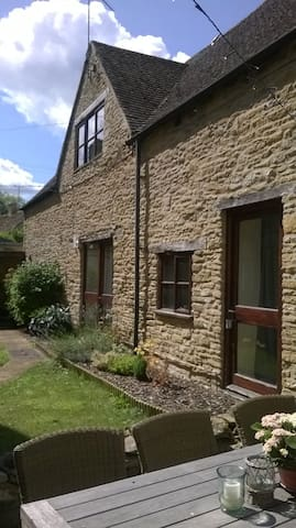 Spacious 1 Bedroom Cotswold Cottage - South Cerney - Дом