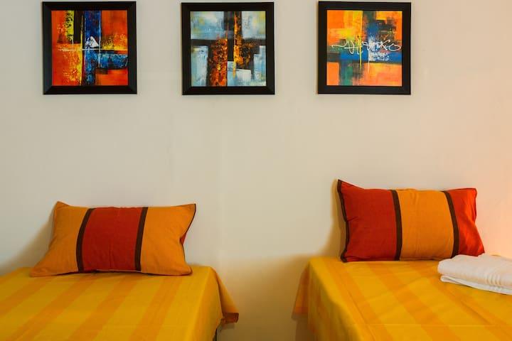 A Cosy Room in Hauz Khas: Palm Terrace-Sunflower - New Delhi - House