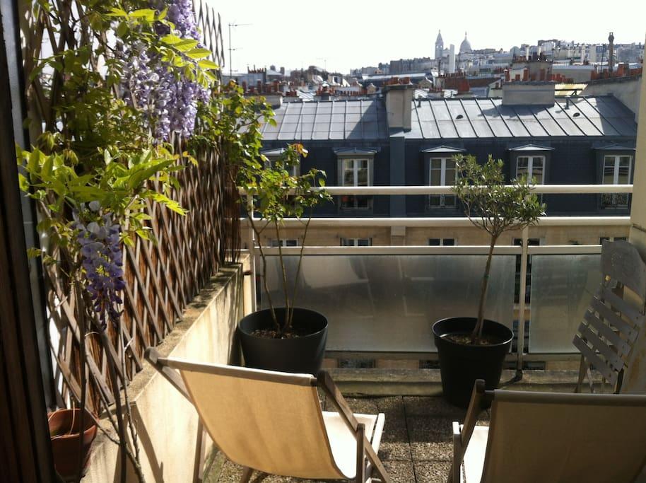 balcon-terrasse 1 table 4 chaises + 2 chaises longues