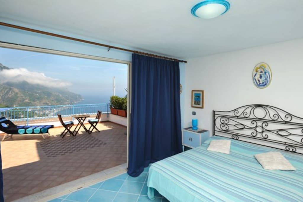 Ambiente para dormir, com porta envidraçada, permitindo visao completa das montanhas do Monte Lattari e do mar.