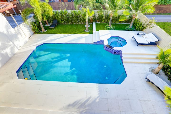 Beautiful Waterfront Mansion in Hollywood Lakes