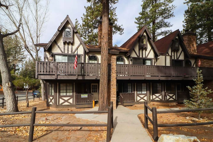 Snow Summit Condo: Walk to Snow Summit! Reserved Parking! Cable! Internet! BBQ!