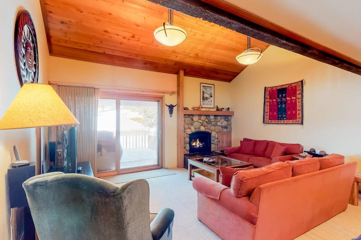 Warm condo w/golf course views and resort amenity access - adjacent to slopes!