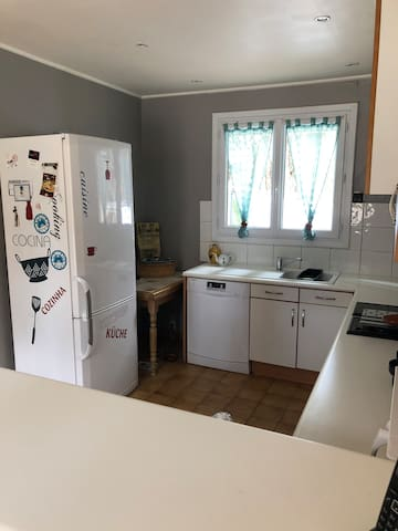 La cuisine, réfrigérateur avec congélateur, lave vaisselle, micro onde...