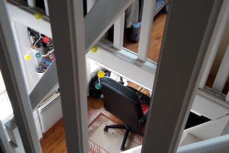 Mezzanine bureau/chambre dans une maison triplex - Saint-Denis
