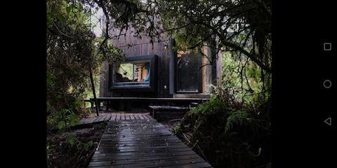 En Papallacta,  cabaña de madera con estufa.