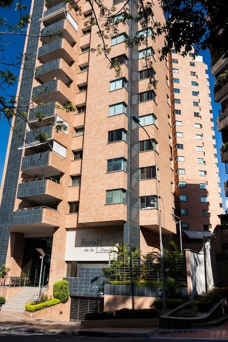 El edificio esta ubicado en la zona mas exclusiva de Bucaramanga en el barrio Cabecera.
