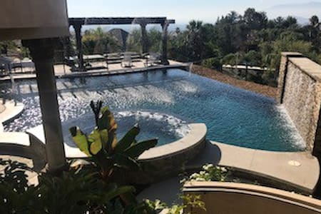 Private Quarters - Wow Views - Resort Style Pool