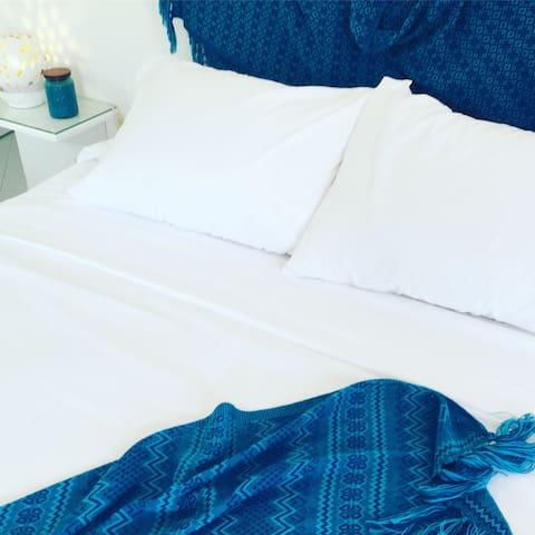 cama queen ,  con sabanas de algodón , almohadas de gel