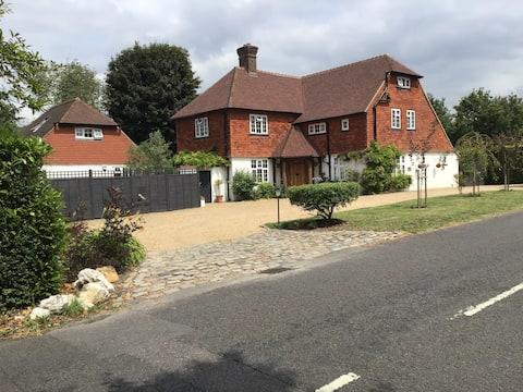Dom przy basenie.  Merstham, Surrey