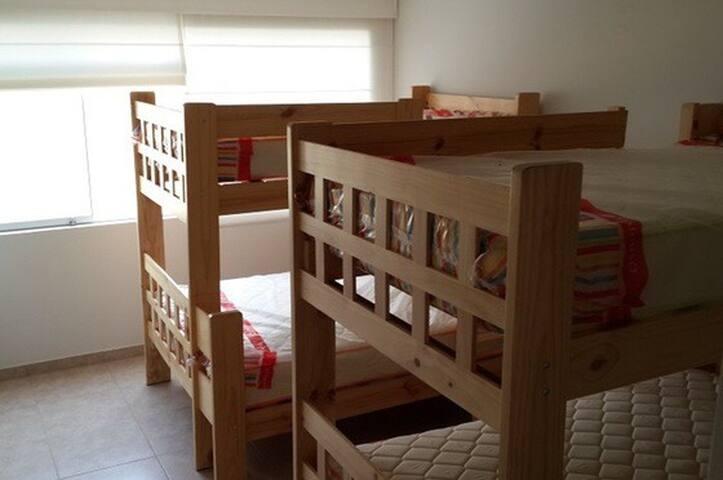 Cuarto 2: 4 camas (1 matrimonial)