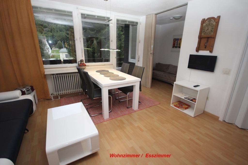 Das Wohnzimmer ist ausgestattet mit einem Funktionssofa, Couchtisch, einem Esstisch, Flachbildfernseher mit DVD und einem Radio.