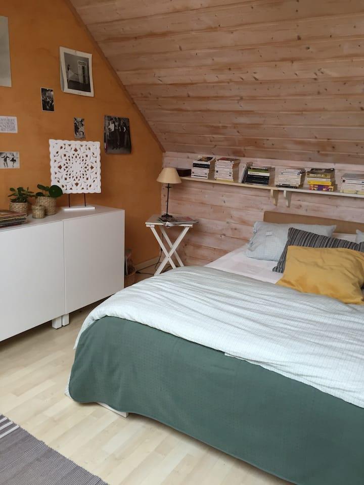 Chambre calme dans une maison atypique en ville.