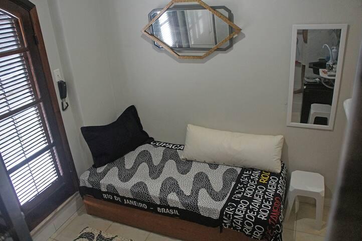 """A cama inferior, estilo """"gaveta"""", fechada.  esquerda, a porta dupla de acesso ao terraço."""