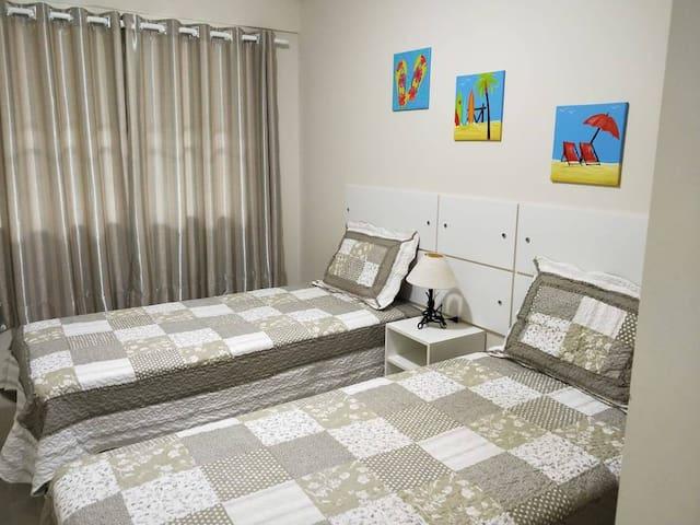 Quarto 2, duas camas de solteiro e uma cama auxiliar