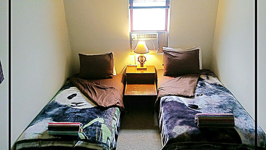 """BOXTOP"" Private Room Near Metro, Free Parking"