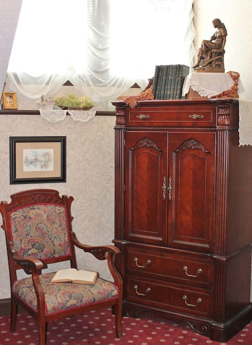The charming Victorian chair provides the perfect spot to daydream about the wonderful adventures that await you in Hermann, Missouri. The suite has a flat screen television and free WIFI accessibility.