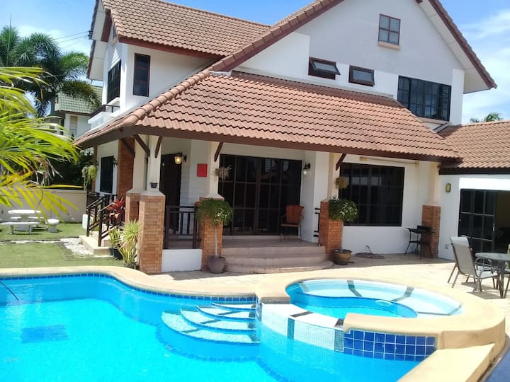 **4 BED SECURE FAMILY VILLA** PRIVATE POOL**
