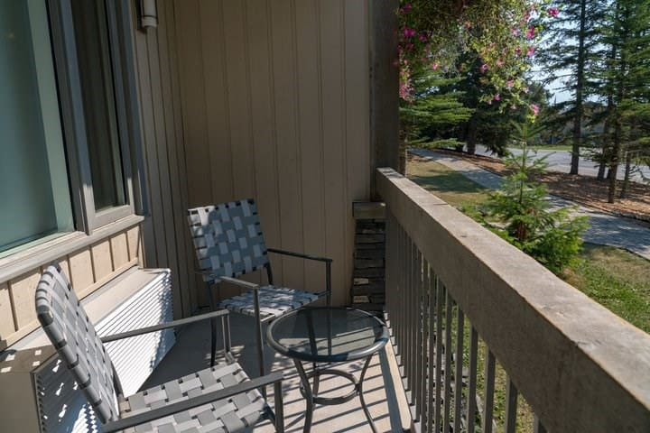 UPDATED Cozy + Bright Suite with Private Balcony | Tunnel Mountain!