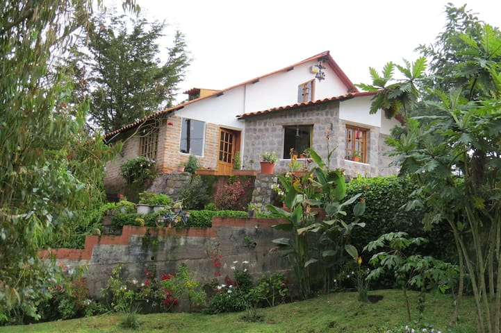 Rooms at lovely Country house 20km from Quito