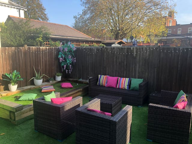 2 double bedrooms happy house with private garden