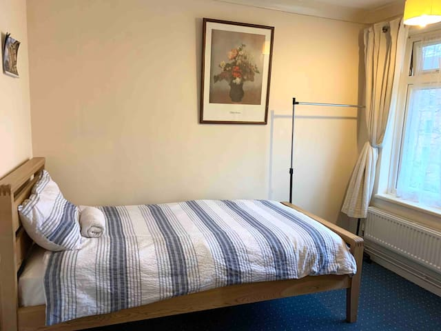 Cosy single room in the city centre home to stay