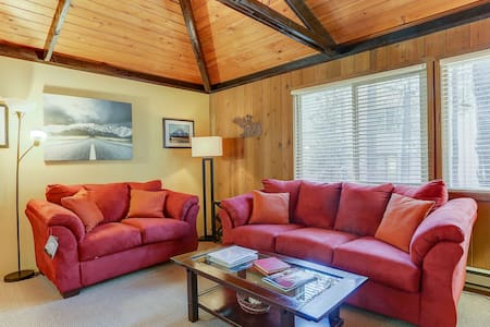 7 Grizzly - 2 Min Walk to Village, A/C, SHARC Passes, Hot Tub, Bikes, Updated