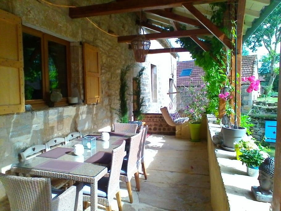 terrasse petit déjeuner et dîner l'été