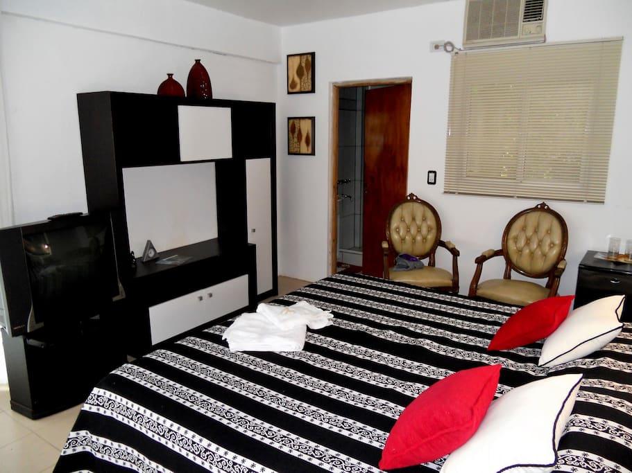 Te incluimos TV, aire acondicionado, frigobar, wifi y baño privado por supuesto!!