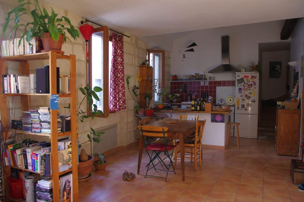 le salon et la cuisine forme un grand espace.