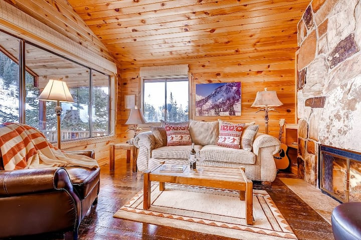 Manley Cabin - Romantic Alta Cabin just a Short Walk to Skiing with Fireplace