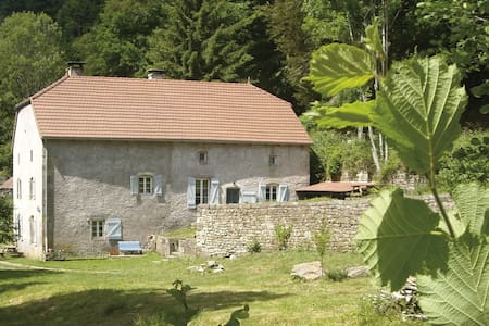 Maison de campagne, forêt, rivière