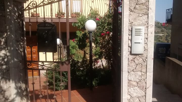 "Casa ""Oleandro""  vista Taormina a 10 min dal mare."