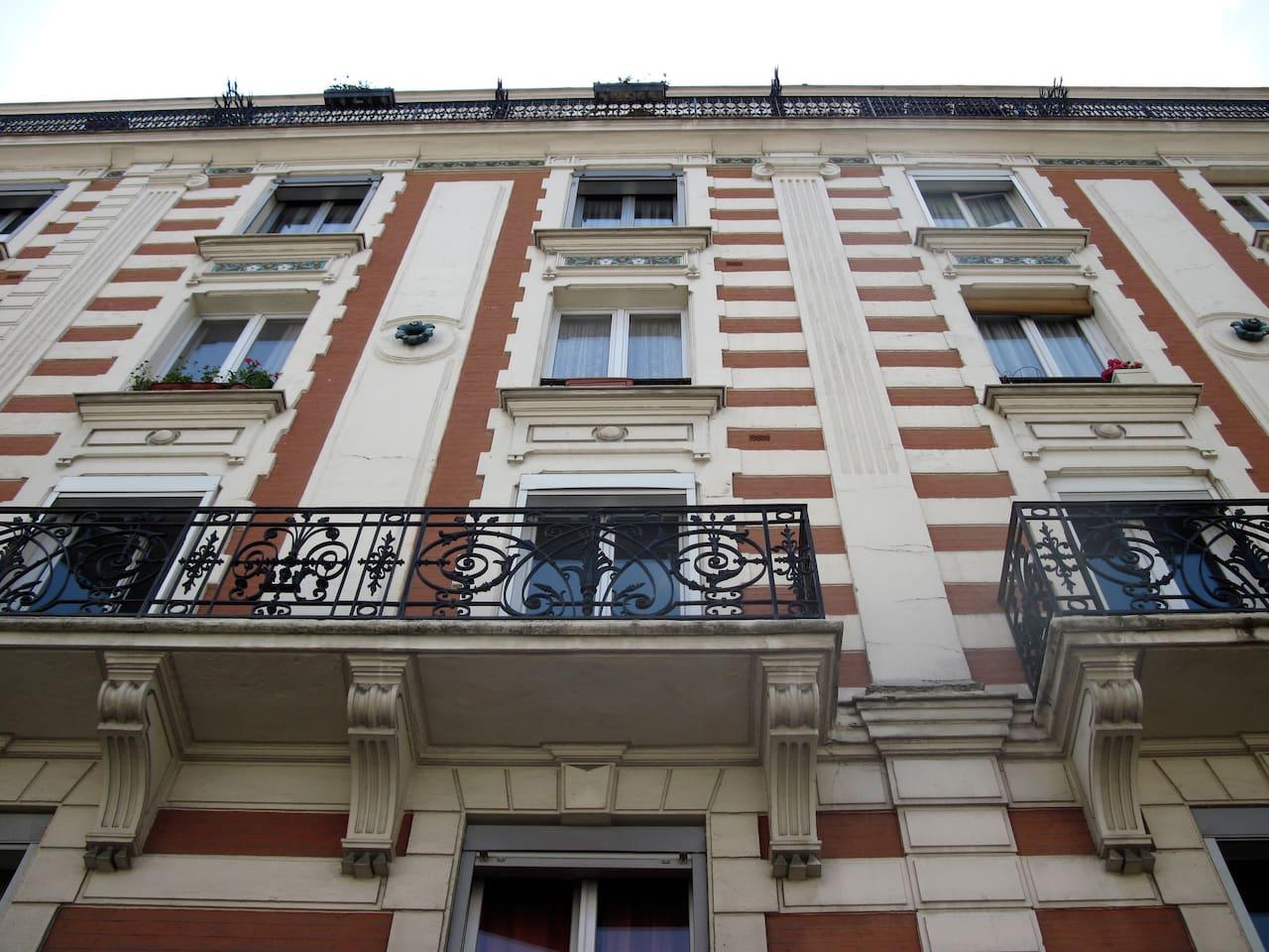 façade de l'immeuble, appartement 5ème étage avec balcon
