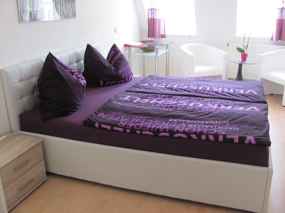 Gästezimmer mit verkuschelter Bettwäsche