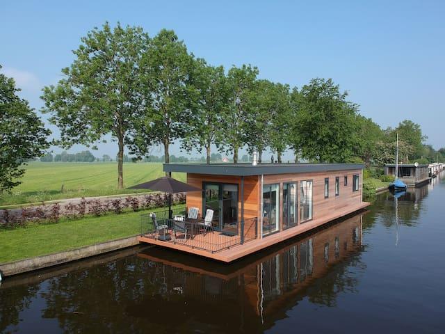 Fantastische woonboot voor 4 personen in Langweer