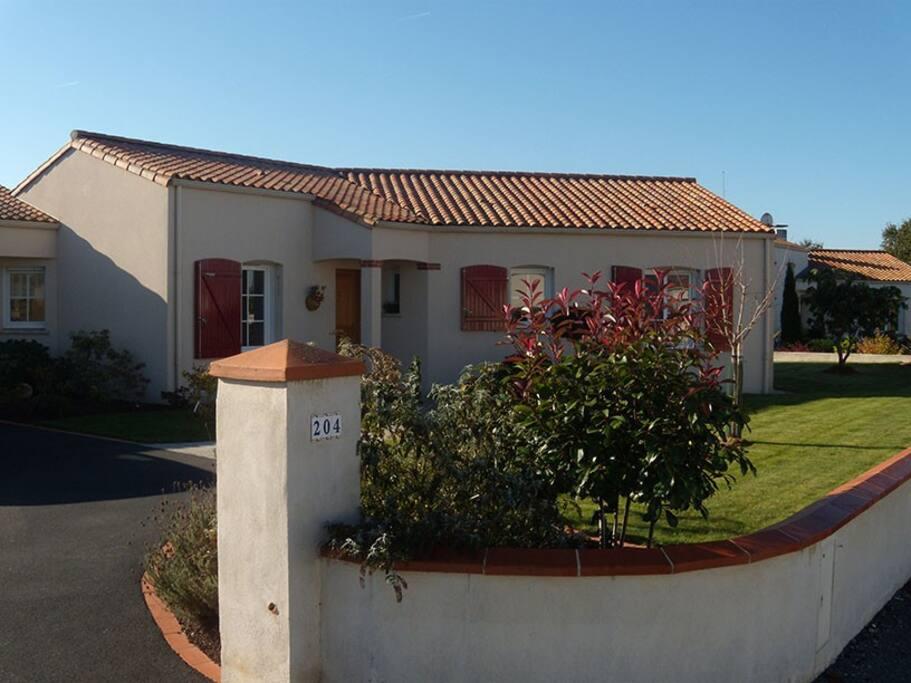Maison sur un terrain arboré et pelouse de 1200 m2,  située dans un petit lotissement très calme (10 maisons). Terrasse côté sud, donnant sur bosquet et rivière, sans vis-à-vis ....