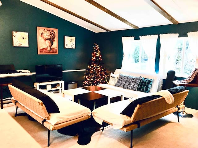 CHRISTMAS Getaway Entire Cottage! 0.8mi from beach