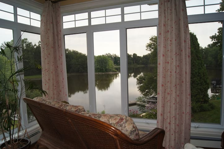 Private House by the river / pool - Boisbriand