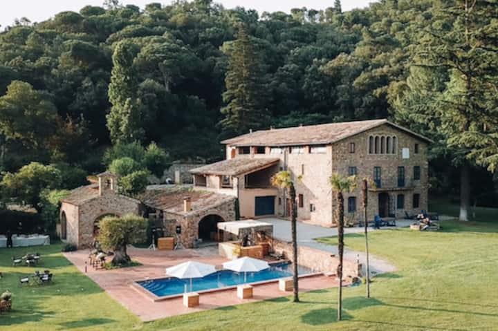 Vila romana restaurada entre bosques y prados