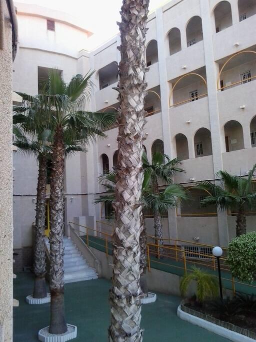 Vestíbulo del edificio con rampa para personas con movilidad reducida