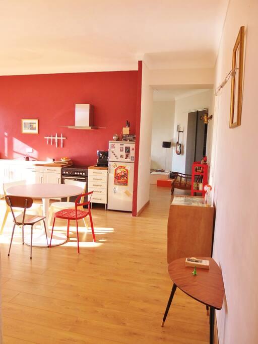 L'appartement est entièrement ouvert (sauf la salle de bain), type loft, un petit couloir mène à la partie nuit.