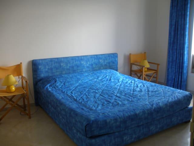 Une chambre à coucher avec une vue sur le port