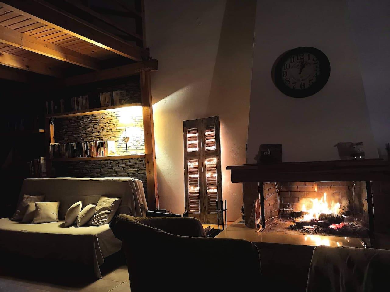 Η αγαπημένη μας γωνία στο σπίτι. Μπροστά στο μεγάλο τζάκι,με ένα καλό βιβλίο,ένα ποτήρι κρασί ,ακούγοντας απαλή μουσική , συζητώντας μέχρι το πρωί....