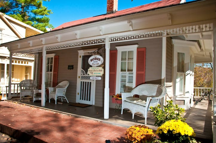BEST HISTORIC DISTRICT VICTORIAN COTTAGE - Eureka Springs - House