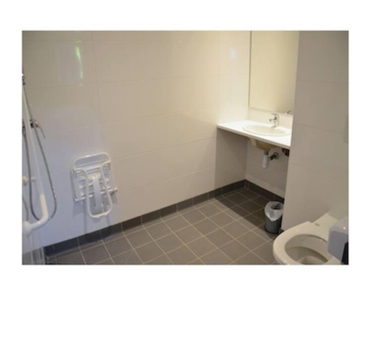 Salle de douche privative avec toilettes