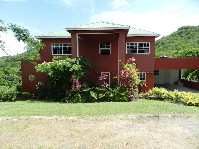 Byamshire2 Lovely home in the hills - Golf Course, Grand Anse - Bed & Breakfast